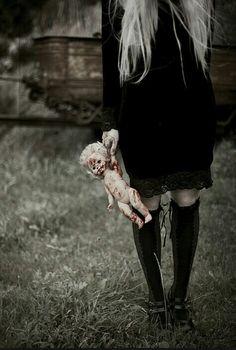E nell'ombra che ti osserva, che ti aspetta, aspetta che tu sbagli così da farti pagare le conseguenze, il tutto dipende da te, puoi andarle anche tu incontro chiedendole perfavore di farla finita...la tua vita è nelle sue mani