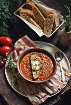 Roasted Tomato & Carrot Soup with Mozzarella-Thyme Croutons Gebratene Tomaten-Karotten-Suppe mit Mozzarella-Thymian-Croutons Tomato Soup, Soup Recipes, Cooking Recipes, Mozzarella, Tasty Kitchen, Bowl Of Soup, Roasted Tomatoes, Love Food, Side Dishes