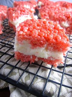 Red and White Rice Krispies Treats with Buttercream Icing. Perfect no bake treats for Canada day! Easy Desserts, Delicious Desserts, Reis Krispies, Snack Recipes, Dessert Recipes, Easy Recipes, Dessert Decoration, White Rice, Toasted Coconut