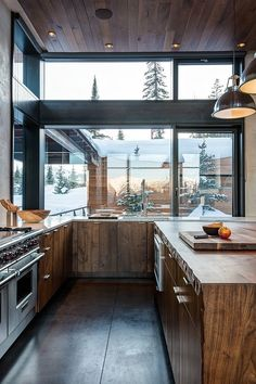 The Mountain Modern House Mirrors Nature's Beauty in Montana,USA Küchen Design, Design Case, House Design, Design Ideas, Modern Design, Chalet Design, Design Layouts, Design Girl, Roof Design