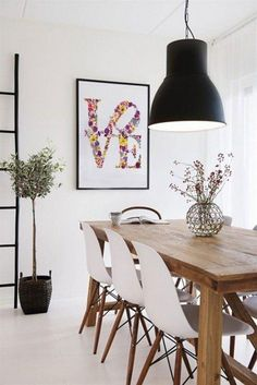 Prosty-drewniany-stol-w-jadalni-1000x1498