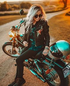 Womens Motorcycle Fashion, Motorcycle Style, Motorcycle Outfit, Women Motorcycle, Women On Motorcycles, Motorbike Girl, Motorcycle Helmets, Motorcycle Clothes, Bike Fashion