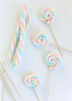 Easy Easter Marshmallow Pops -- great for a party if you can find the marshmallows out of season. Birthday Treats, Unicorn Birthday Parties, Girl Birthday, Birthday Games, Frozen Birthday, Kids Party Treats, Unicorn Birthday Decorations, Little Presents, Marshmallow Pops