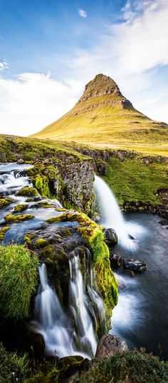 Waterval en berg Kirkjufell op het schiereiland Snaefellsnes in IJsland. Perfect te bereiken met een huurauto.