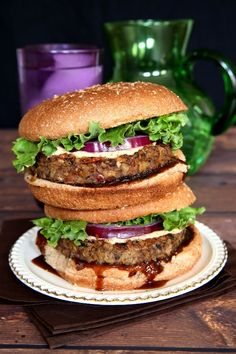 Vegan Mushroom Pecan Burgers have a hearty and chewy texture that really adds a lot to a great veggie patty. All kinds of goodies inside for protein and flavor. You've got to check it out! Easy Vegan Lunch, Vegan Lunch Recipes, Vegan Lunches, Vegan Foods, Vegan Vegetarian, Vegetarian Barbecue, Healthy Recipes, Veggie Patties, Protein