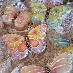 #butterflycookies #decoratedsugarcookies #decoratedcookies #customcookies #designercookies #royalicingcookies #gifts #cookiedecorating #lusterdust #@trulymadplastics #handpainted #cookieart #sugarart
