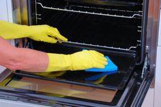 Para o seu forno brilhar como novo, você também pode usar vinagre. Aplique uma pequena quantidade sobre a superfície do forno. Feche-o e deixe descansar por algumas horas. Em seguida, retire a pequena sujeira com uma esponja e esfregue as piores manchas com uma escova. Lave o forno com água.