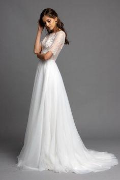 Unser Brautkleid Flora ist sowohl zurückhaltend als auch verführerisch. Das geschlossene Oberteil ist aus einer wunderschönen Chantilly Spitze, auf welche wir von Hand geschnürrte Spitze appliziert haben und diese mit feinen Perlen verziert haben. Dadurch ergibt sich der hauchzarte Effekt. Die Taille haben wir durch einen Gürtel aus Seidensamt hervorgeoben. Der aus feinem Tüll in seiner Eleganz einfach gehaltene Rock lässt das Oberteil um so mehr strahlen. Elegant, Formal Dresses, Wedding Dresses, Rock, Flora, Fashion, Floaty Wedding Dress, Marriage Dress, Silk