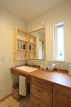 【アイジースタイルハウス】洗面。カウンターやタイル、棚、照明…こだわって選び作り上げた、オリジナル洗面化粧台