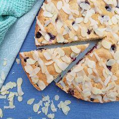 Bosbessen-amandelcake ~ blueberry-almondcake ~ www.hetkeukentjevansyts.nl Cupcake, Bread, Sweet, Food, Candy, Cupcakes, Brot, Essen, Cupcake Cakes