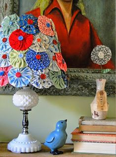 Take an old lamp shade & glue fabric flowers & buttons! Upcycled Crafts, Sewing Crafts, Sewing Projects, Diy Crafts, Sewing Tutorials, Yo Yo Quilt, Lamp Makeover, Colorful Quilts, Bird Design