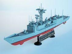 """Model amerykańskiej fregaty rakietowej, typu Oliver Hazard Perry. Długość modelu 40 cm. W zestawie 2 śmigłowce Sikorsky SH-60 Seahawk. Model plastikowy z elementami fototrawionymi, ręcznie złożony i ręcznie pomalowany w skali 1:350.    """"USS Oliver Hazard Perry - US Navy FFG-7"""" (051945) - This is model of american guided missile frigate, type Oliver Hazard Perry. Lenght 40 cm (centimetres). Includes 2 helicopters Sikorsky SH-60 Seahawk. Plastic model with metal elements, hand-glued and…"""