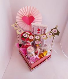 Arts And Crafts, Paper Crafts, Maila, Candy Bouquet, Baby Crafts, Creative Decor, Diy Cards, Gift Baskets, Birthday Cards