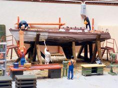 In der Halle dieser kleinen aber feinen Werft wird ein elegantes Segelboot restauriert.