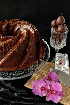 Bundt cake de chocolate relleno de merengue con sorpresa