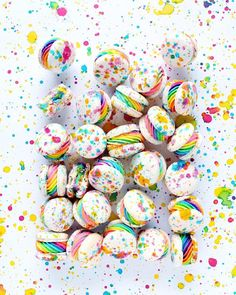All Time Easy Cake : Decorating chocolate cake . Cute Desserts, Delicious Desserts, Yummy Food, Macaroon Cookies, Unicorn Foods, French Macaroons, Macaroon Recipes, Rainbow Food, Cute Food