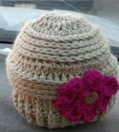 Gorrito a crochet en color beige con rosa fiucha