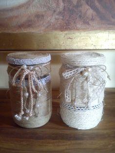 Vasi di olive riciclati e decorati con spago, merletti e altro materiale recuperato