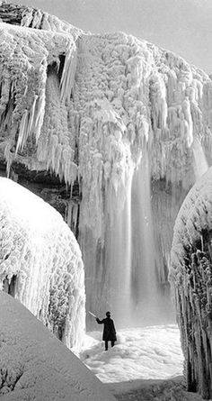 'Niagara Falls frozen solid in 1911' A different  white pattern of nature.