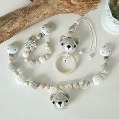 Ich liebe dieses Bärchen-Set aus Schnullerkette, Kinderwagenkette und MaxiCosi-… I love this little bear set of pacifier chain, pram chain and MaxiCosi pendant or baby bowl pendant. So beautiful neutral, so beautiful colors. Knitting Patterns Boys, Crochet Blanket Patterns, Baby Blanket Crochet, Crochet Bebe, Crochet Bunny, Crochet Toys, Handmade Baby, Handmade Toys, Gender Neutral Toys