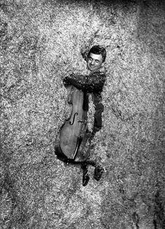 DOISNEAU Robert, Le fantassin dans la paille, photographie, 1957