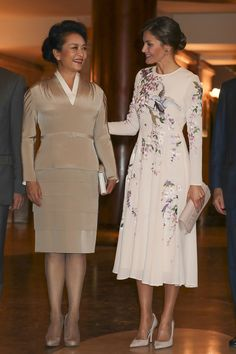 Queen Letizia wore a floral-printed dress by ASOS while welcoming President Xi Jinping of China and First Lady Peng Liyuan to Spain. Asos Dress, Pink Dress, Affordable Dresses, Affordable Fashion, Elegant Dresses, Princess Letizia, Queen Letizia, Indian Outfits, Short Prom Dresses