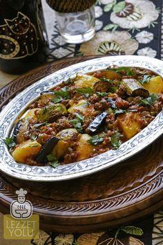 Buzdolabında kalan sebzelerle hazırlayabileceğiniz karışık sebzeli oturtma tarifi hem çok lezzetli hem de kolay bir ev yemeği.
