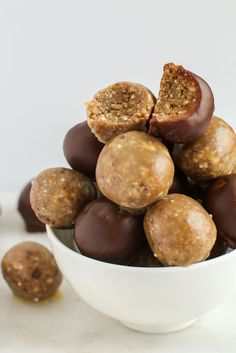 Satisfy your craving for something sweet and simple and whip up these raw vegan donut holes, packed with protein and healthy fats! By Lauren Kirchmaier Great Vegan Recipes, Whole Food Recipes, Cookie Recipes, Raw Vegan, Vegan Vegetarian, Vegetarian Recipes, Gluten Free Desserts, Vegan Desserts, Donut Holes