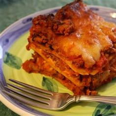 Mushrooms, onions and ground beef in a ready-made pasta sauce are layered with cottage cheese, ricotta cheese and Parmesan between uncooked lasagna noodles. Sprinkle mozzarella over the top and bake. American Lasagna Recipe, Best Lasagna Recipe, Homemade Lasagna, Lasagna Recipes, Homemade Food, Italian Dishes, Italian Recipes, Italian Foods, Worlds Best Lasagna