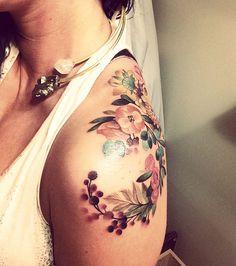 Tatuaggio donna, fiori, spalla