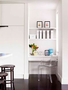 great study nook! Drawers are good for clutter and open shelving for orderly displays!
