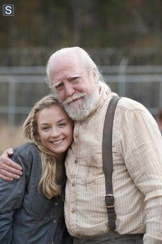 Emily Kinney (Beth Greene) e Scott Wilson (Hershel Greene) nas gravações da 4ª Temporada de The Walking Dead.