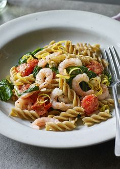 Cook it all in one pot, even the pasta! For those who really hate washing dishes, our one-pot prawn pasta is a quick and easy dinner. Prawn Recipes, Easy Pasta Recipes, Bbc Good Food Recipes, Dairy Free Recipes, Healthy Dinner Recipes, Healthy Food, Cooking Recipes, Pasta With King Prawns, Prawn Pasta