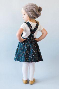 Ayla Pinafore Dress wurde speziell wegen vielfachen Wunsch entwickelt! Freuen Sie sich auf das gleiche Aussehen wie unsere Strampler/Rock-Combo, aber es ist ein einteiliges Kleid (keine Shorts unter)! Wenn Sie eine andere Farbe Lätzchen als der Rock wünschen, klicken Sie einfach auf die Schaltfläche Sonderanfertigung! Ich freue mich sehr, etwas nach Ihren Vorgaben zu machen. (Beide Modelle sind vorgestellten tragen 4 t) Farben und Stoffe zur Verfügung: Florale Navy: 100 % Baumwolle Gr...