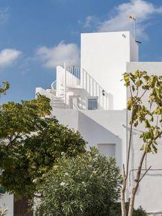 Apartamentos Arco de la Villa Conil de la Frontera Apartamentos Arco de la Villa is set in a traditional Andalusian white building, in Conil de la Frontera's Old Town. Cádiz is 34 km away.  All units feature a seating area. Some units have a terrace and/or balcony with sea or city views.