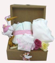 Kraft sandık içinde , Leylekle gelen bebek sevimli biblo Mothercareden uzun kollu bebek bodysi Dantelli bebek çorapları, 5 adet Prima bebek bezi gül şekinde sabunlar bulunuyor. Bebek için en kalitelisinden ve esprili ürünler kraft sandık , beyaz renkli tülle sarılarak sunuluyor. İster sevdikleriniz, ister kendiniz için bu kaliteli ve gerekli ürünlerle dolu hediye sandığını kaçırmayın. Hem kullanın, hem gülümseyin. Çiçek Sepeti