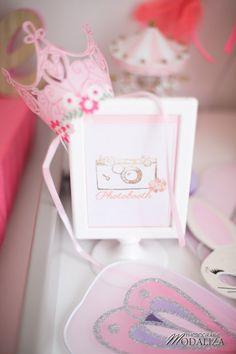Photobooth affiche princesse fleur rose corail couronne inspiration anniversaire baby shower girly sur le blog