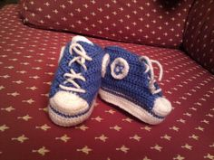 Botitas Bebé tipo Converse, versión mejorada.    Instrucciones http://josicroche.blogspot.com.es/2009/04/passo-passo-do-tenis-all-star-em-croche.html