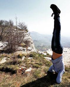 Sirsasana, equilibrium pose, with the amazing view of Pietra di Bismantova ...  In bilico, ma senza santi e falsi dei! #yoga #yogaman #yogalover #yogafit #headstand #sirsasana #yogachallenge