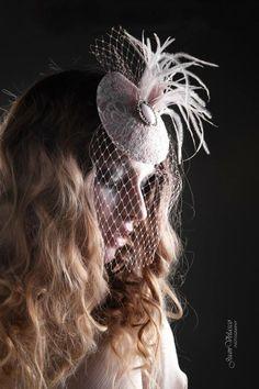Tocado PINK VINTAGE Tocado en forma de lagrima forrado en seda salvaje rosa palo y chantilly blanco, pluma de avestruz en rosa palo, velo y pieza metálica en rosa palo. MODELO: Vanesa Scott FOTOGRAFÍA: Juan Velasco TOCADO: LorbichiyDongominola Complementos de Diseño MAQUILLAJE: Miriam Zapata Make Up PELUQUERÍA: Vane Van #tocado #boda #novia #fascinator #wedding #bride #millinery #chantilly