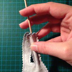 Astuce : comment retourner des éléments fins comme de longues et fines oreilles de lapins Coin Couture, Couture Sewing, Techniques Couture, Sewing Techniques, Sewing Hacks, Sewing Tutorials, Stitch Witchery, Blog Couture, Tips & Tricks