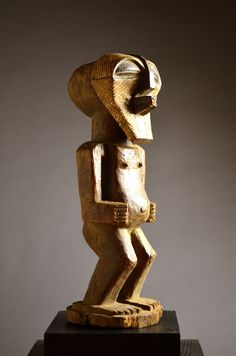Ethnic group : Songye Country of origin : D.R. Congo Material : Wood, pigment Approximate age : Mid 20th Century Dimensions : 42 cm