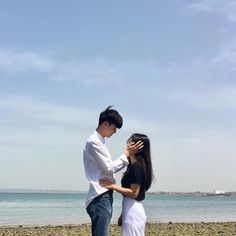 Eastern and Western attitudes about life explained in 18 simple infographics Korean Aesthetic, Couple Aesthetic, Couples In Love, Romantic Couples, Cute Couple Pictures, Couple Photos, Girl Friendship, Couple Beach, Korean Couple
