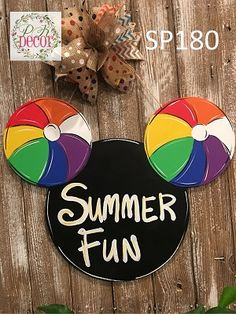 Excellent Photographs Mickey Mouse Summer Fun Wood Door Hanger Suggestions Your individual door hanger Sure, the classic is needless to say the door pendant, where on the fron Mickey Decorations, Holiday Door Decorations, Disney Wall Decor, Disney Home Decor, Summer Crafts, Summer Fun, Painted Signs, Hand Painted, Disney Wreath