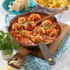 Kycklingfrikadeller i mustig tomatsås - Hemmets Journal Parmesan, Curry, Chicken, Ethnic Recipes, Journal, Food, Beautiful, Curries, Eten
