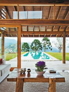 Casa de campo com grandes janelas e paredes de tijolo - Casa