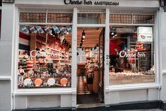 Amsterdam od samego początku wskoczył na moją listę ulubionych miast, a wszystko za sprawą niesamowitej architektury. Do tej pory zawsze zachwycałam się Szwecją, ich skandynawskim stylem i często kompletnie odsłoniętymi oknami, skąd można było podziwiać ich stylowe wnętrza podczas spacerów. Amsterdam ma to wszystko, a w dodatku jeszcze niesamowite, bardzo wąskie domy - niektóre z nich mają na górze specjalne haki do wnoszenia ciężkich obiektów poprzez wciąganie ich liną i wsadzanie przez…