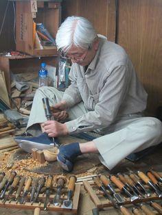 Traditionelt japansk træhåndværk. Den arbejdsstilling ville nok ikke gå med danske sikkerhedsregler - Arbejdstilsynet ville slå korsets tegn og bakke ud af lokalet :-)