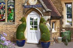 Автор этого чуда – британский художник-сюрреалист Ричард Сондерс. Создает он свои шедевры из густых кустов и деревьев, и пользуются они большой популярностью.
