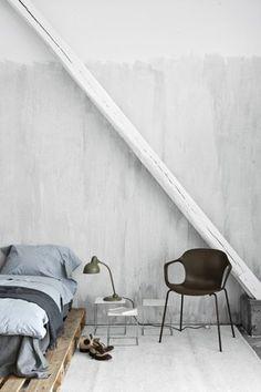 Industrial Bedroom Decor That Inspire - Real House Design Pallet Bedframe, Wood Pallet Beds, Pallet Furniture, Wooden Pallets, Diy Pallet, Pipe Furniture, Furniture Ideas, Bed Pallets, Pallet Jack